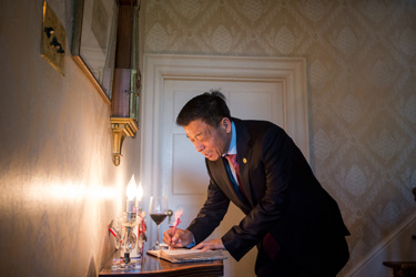 Dr. Wang Guangfa signs the guest book at the President's house.